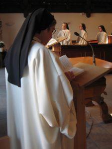 Sr Simone lit la prière litanique